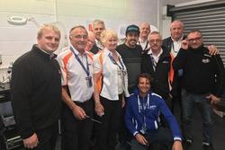 Fernando Alonso con los comisarios del PF International