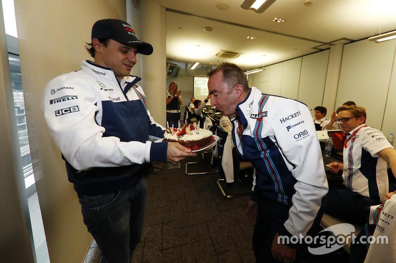 Paddy Lowe, Williams fórmula 1, apaga sus velas de cumpleaños un pastel presentada por Felipe Massa, Williams y el equipo de Williams