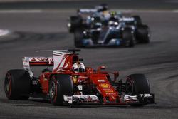 Себастьян Феттель, Ferrari SF70H, и Валттери Боттас, Mercedes F1 W08