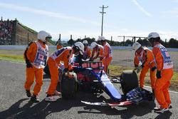 I marshals recuperano la monoposto di Carlos Sainz Jr., Scuderia Toro Rosso STR12, ritirato dalla gara