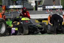 La voiture #19 M.Racing - YMR, Norma M 30 - Nissan: Gwenael Delomier après un gros accident