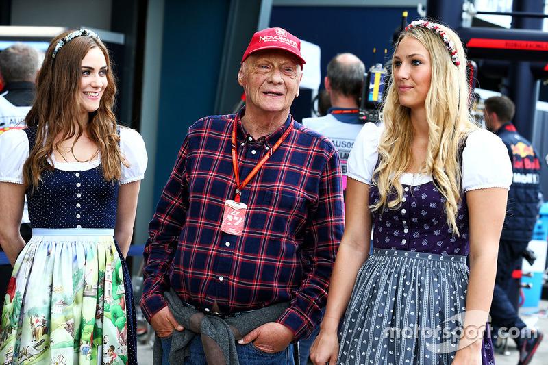 Niki Lauda, Presidente no ejecutivo de Mercedes con chicas de la parrilla