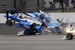 Accident de Scott Dixon, Chip Ganassi Racing Honda, et Jay Howard, Schmidt Peterson Motorsports Honda