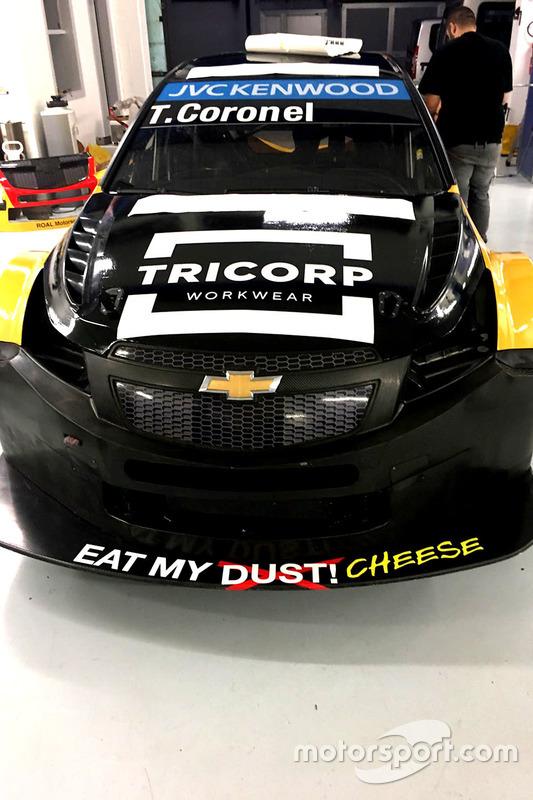 De WTCC-wagen van Tom Coronel, ROAL Motorsport wordt bestickerd