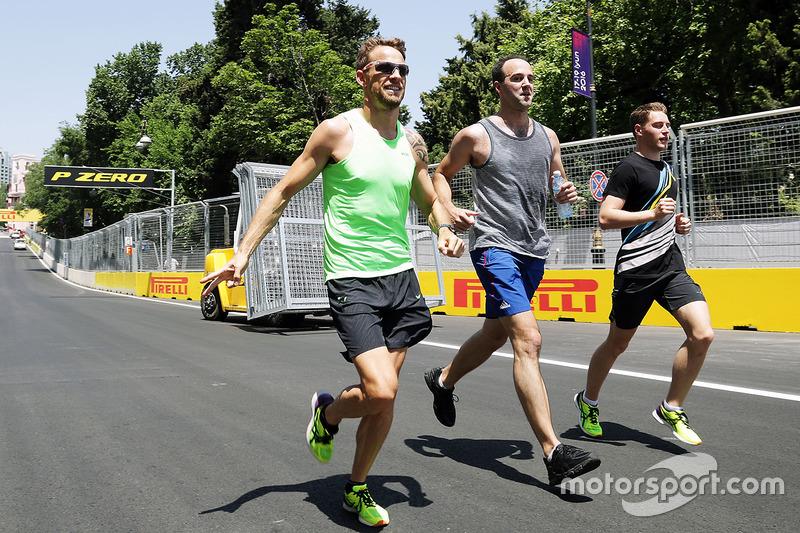 Jenson Button, McLaren, con Stoffel Vandoorne, McLaren