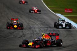 Даниэль Риккардо, Red Bull Racing RB12, Нико Росберг, Mercedes AMG F1 W07 Hybrid и Макс Ферстаппен,