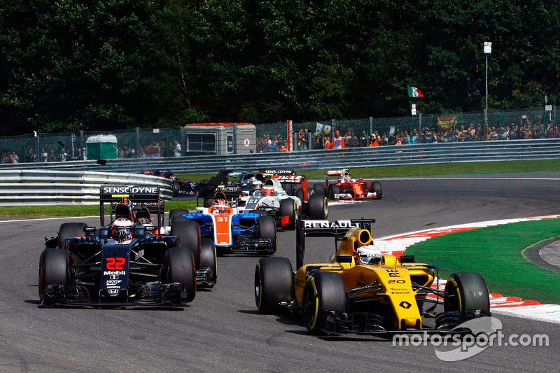 Kevin Magnussen, Renault Sport F1 Team RS16 ve Jenson Button, McLaren MP4-31 ve Pascal Wehrlein, Manor Racing MRT05