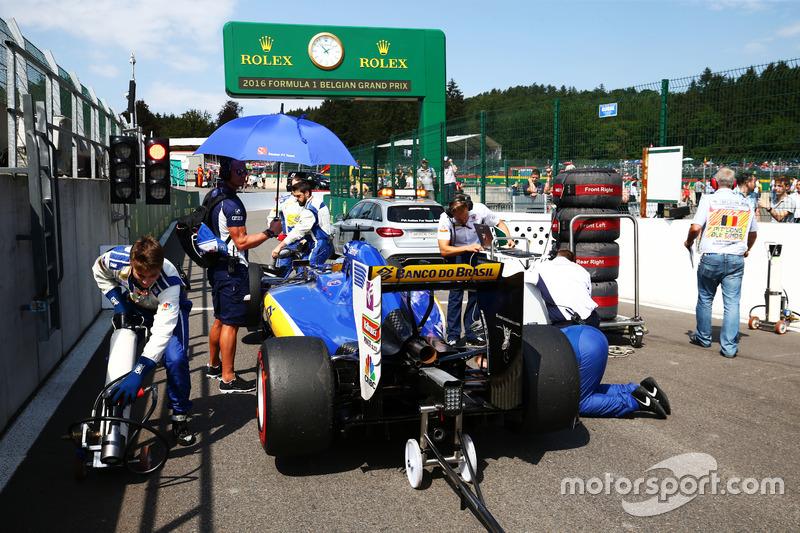Marcus Ericsson, Sauber C35 parte dalla pit lane