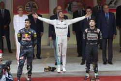 Podio, Daniel Ricciardo Red Bull Racing, segundo; Lewis Hamilton, Mercedes AMG F1 ganador de la carr