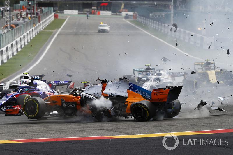 Choque de Fernando Alonso, McLaren MCL33, Charles Leclerc, Sauber C37, y Nico Hulkenberg, Renault Sport F1 Team R.S. 18, al inicio de la carrera