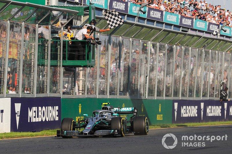 Valtteri Bottas, Mercedes AMG W10 melintasi garis finis