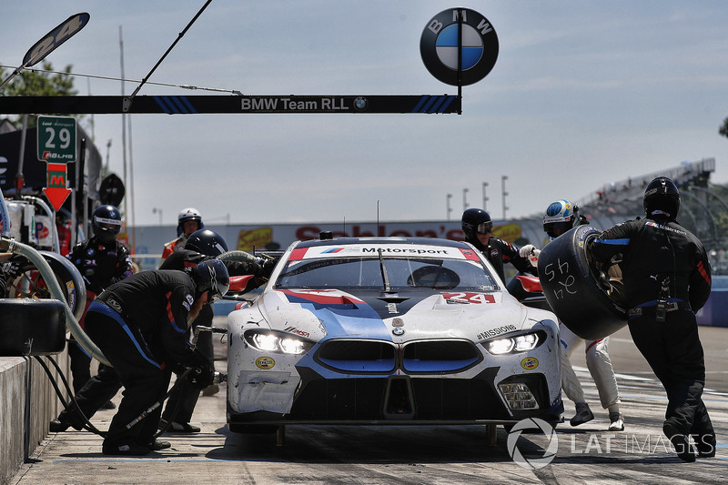 #24 BMW Team RLL BMW M8, GTLM: John Edwards, Jesse Krohn, Tom Blomqvist, pit stop