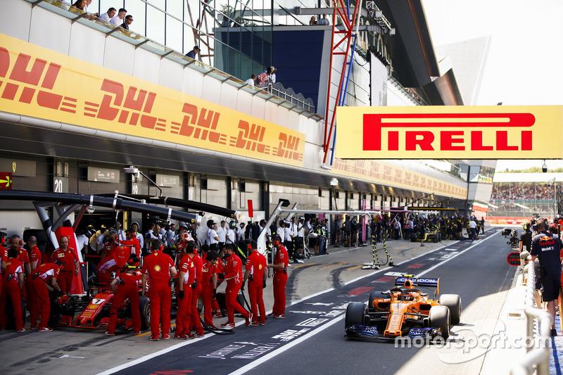 Stoffel Vandoorne, McLaren MCL33, dépasse Kimi Raikkonen, Ferrari SF71H