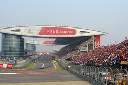 Lewis Hamilton, McLaren MP4-23, lidera a Kimi Raikkonen, Ferrari F2008, y Felipe Massa, Ferrari F2008