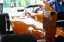 Fernando Alonso, McLaren MCL33 Renault, in the garage