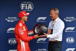 Sebastian Vettel, Ferrari, riceve il Pirelli Pole Position Award nel parco chiuso
