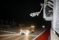 Bandiera a scacchi per #911 Herberth Motorsport, Porsche 991 GT3 R: Daniel Allemann, Ralf Bohn, Robert Renauer, Alfred Renauer