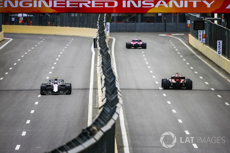 Marcus Ericsson, Sauber C37 Ferrari, Carlos Sainz Jr., Renault Sport F1 Team R.S. 18