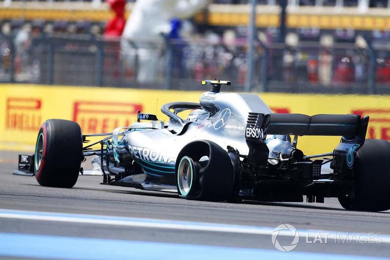 Valtteri Bottas, Mercedes AMG F1 W09, con un pinchazo