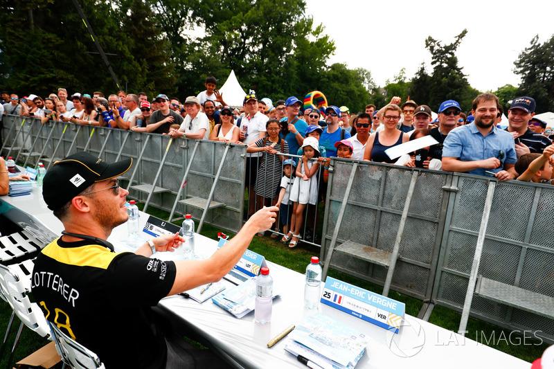 Andre Lotterer, Techeetah, signs autographs for fans