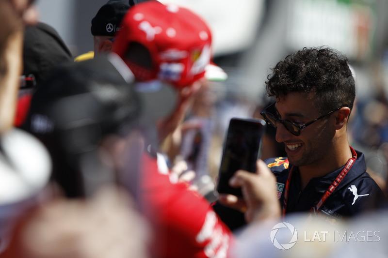 Daniel Ricciardo, Red Bull Racing signe des autographes