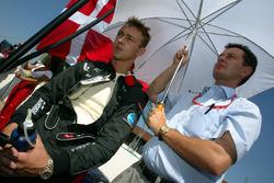 Nicolas Kiesa, Minardi en la parrilla con su Manager, Piers Hunnisett