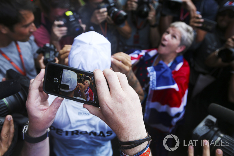 Campeón del mundo 2017 Lewis Hamilton, Mercedes AMG F1 con su madre Carmen Lockhart