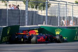 La monoposto incidentata di Max Verstappen, Red Bull Racing RB13 nelle FP2