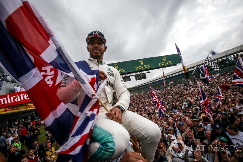 Ganador de la carrera Lewis Hamilton, Mercedes AMG F1 celebra con los fans y una bandera de la union Jack