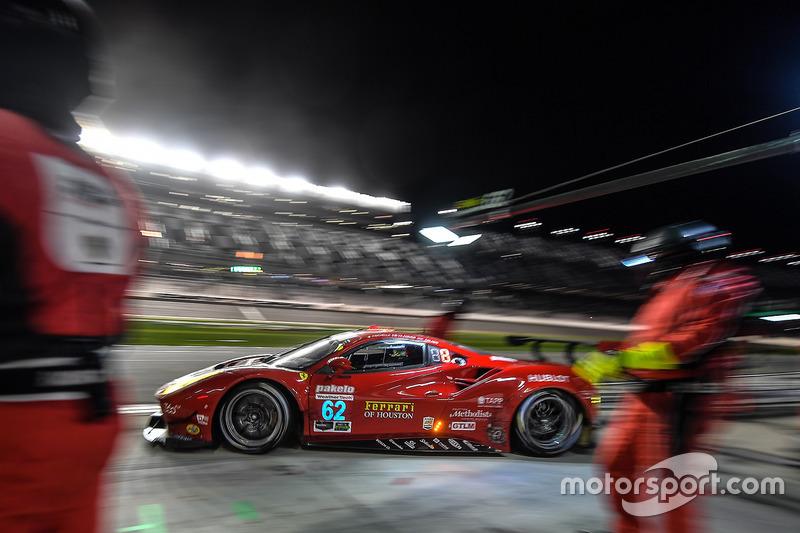 #62 Risi Competizione Ferrari 488 GTE: Toni Vilander, Giancarlo Fisichella, James Calado, pit actie