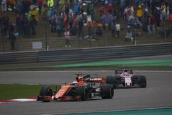 Fernando Alonso, McLaren MCL32, delante de Sergio Perez, Force India VJM10