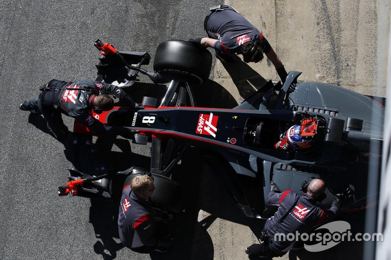 Ромен Грожан, Haas F1 Team, механіки закочують болід у бокси