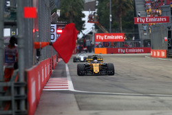 Jolyon Palmer, Renault Sport F1 Team RS17 and Marshal waves a red flag in FP3