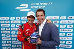 Lucas di Grassi, ABT Schaeffler Audi Sport, célèbre la pole position