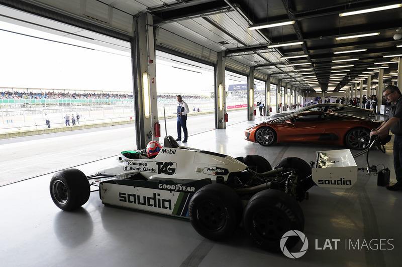 Мартін Брандл за кермом шестиколісного Williams FW08