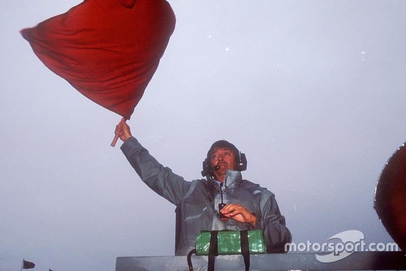 Abbruch: FIA-Rennleiter Roland Bruynseraede mit der Roten Flagge