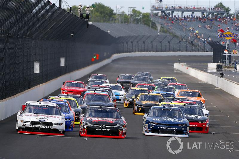 Kyle Busch, Joe Gibbs Racing Toyota, Joey Logano, Team Penske Ford y Brennan Poole, Chip Ganassi Racing Chevrolet