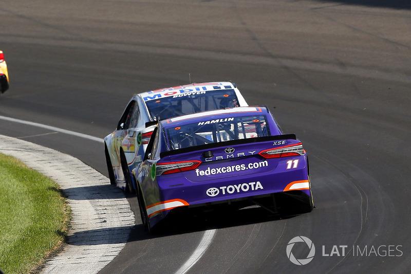 Denny Hamlin, Joe Gibbs Racing Toyota, Clint Bowyer, Stewart-Haas Racing Ford