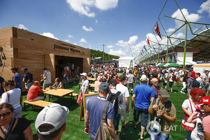 El bar Johnnie Walker en fan village