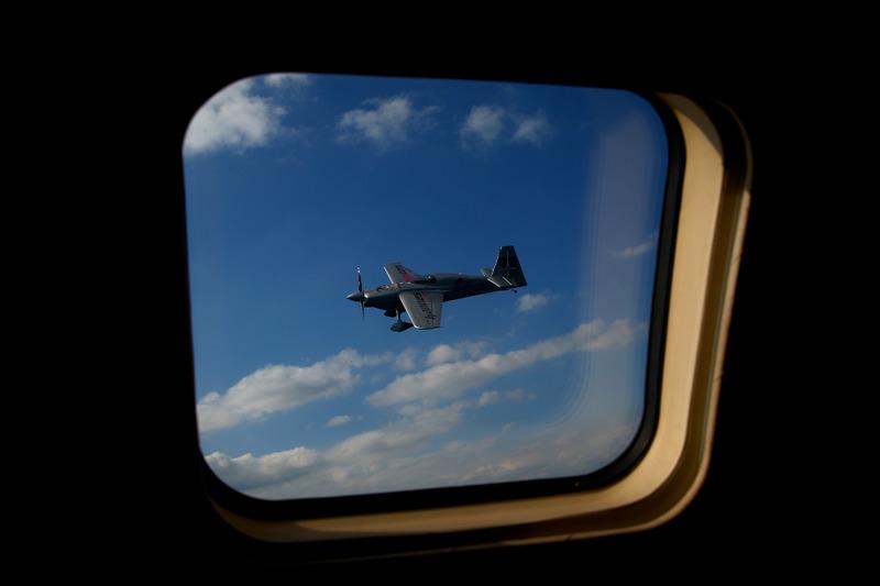 Red Bull Air Race pilotu Hannes Arch, Red Bull Douglas DC-6B'nin yanında uçuyor