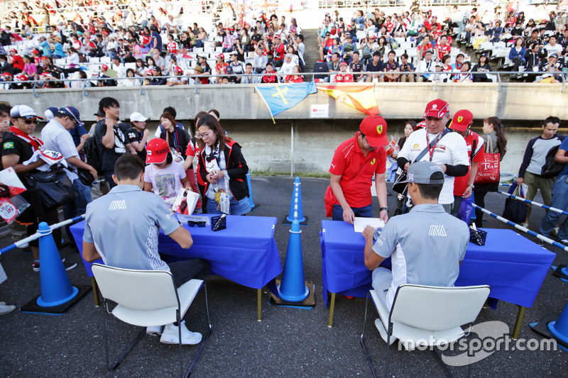 (L to R): Esteban Ocon, Manor Racing and Pascal Wehrlein, Manor Racing sign autographs for the fans