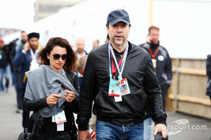 (Зліва направо): Пенелопа Круз, актриса з чоловіком Хавьером Бардемом, актором