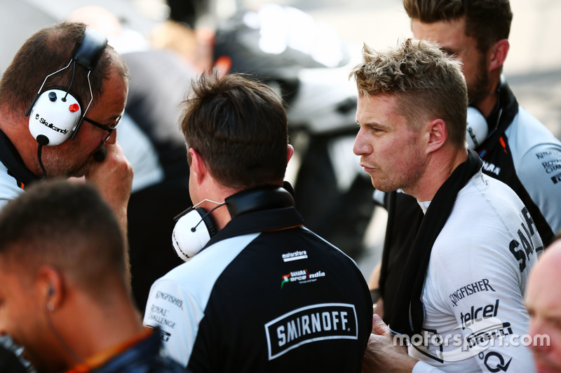 Nico Hulkenberg, Sahara Force India F1 ai box mentre la gara è sospesa