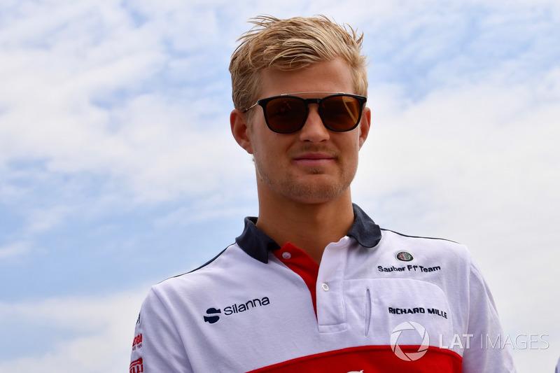 Marcus Ericsson, Sauber parcourt la piste à pied
