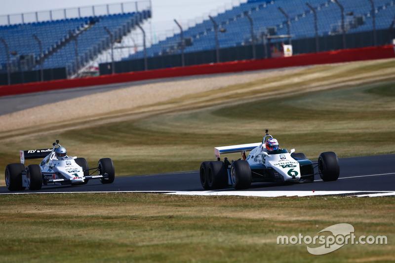 Jenson Button pilote une Williams FW08B de 1982, devant Guy Martin dans une Williams FW08C de 1983