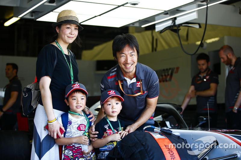 L'ingegnere di pista del Team Haas F1, Ayao Komatsu, con degli ospiti nel garage Haas
