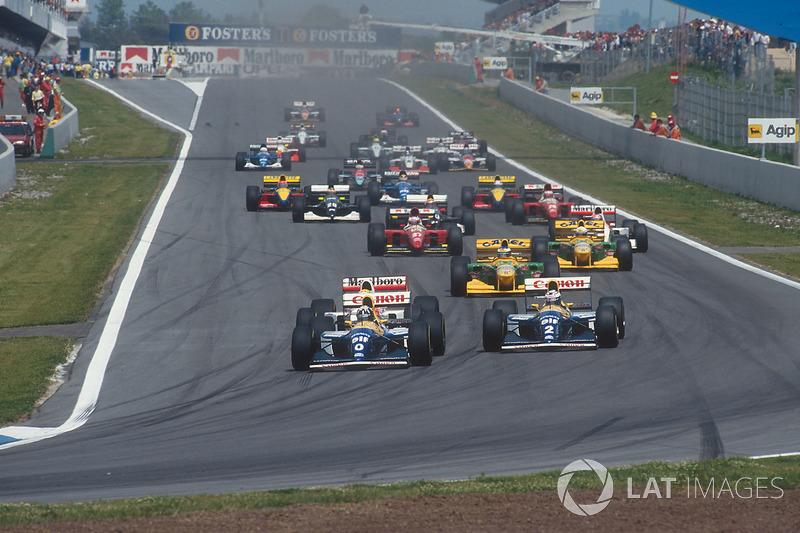 En la arrancada, Damon Hill aprovechó la mejor salida para pasar a su compañero Prost. Senna intentó hacer lo propio, pero encontró la puerta cerrada.