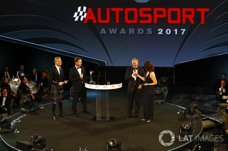 Lee McKenzie habla con Martin Brundle y David Coulthard y Christian Horner miran