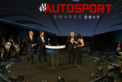 Lee McKenzie talks to Martin Brundle as David Coulthard and Christian Horner look on