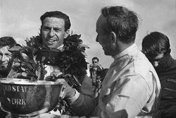 John Surtees, Cooper T81, ve Jim Clark, Lotus 43-BRM H16, podyumda